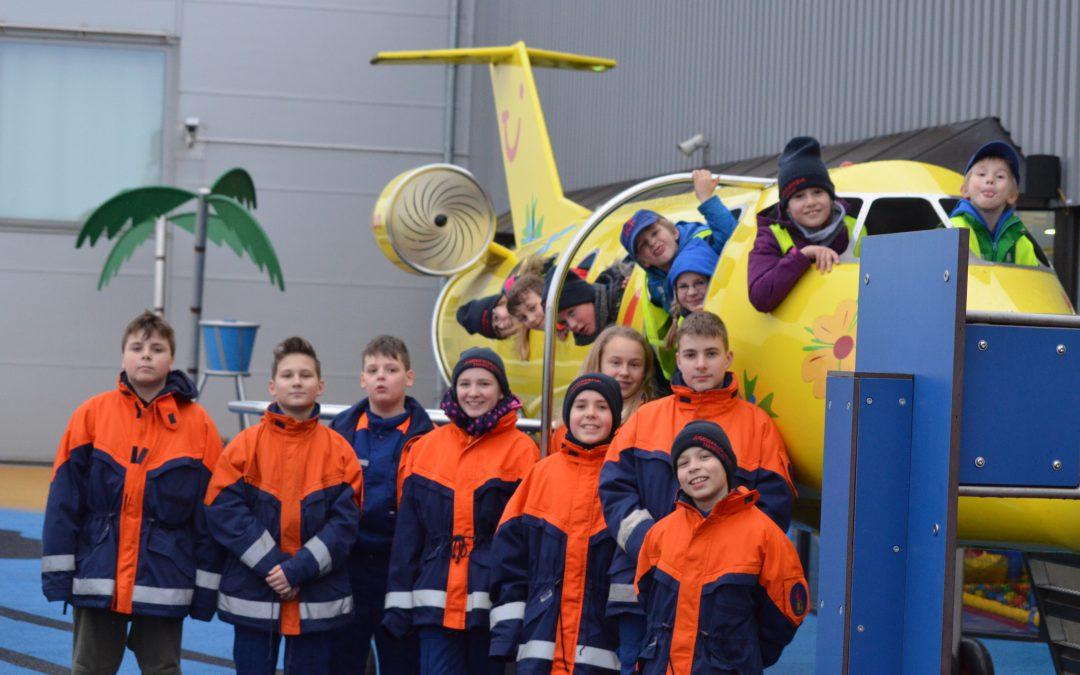 Die Kinder- und Jugendfeuerwehr Wettbergen besichtigt die Flughafenfeuerwehr